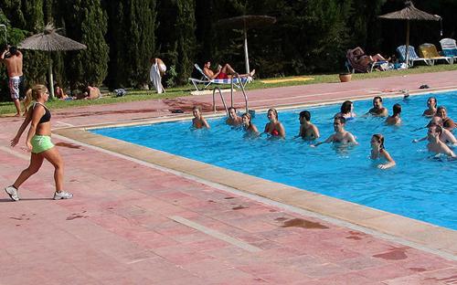Aquaerobic en la piscina municipal de cobe a for Piscina de canal