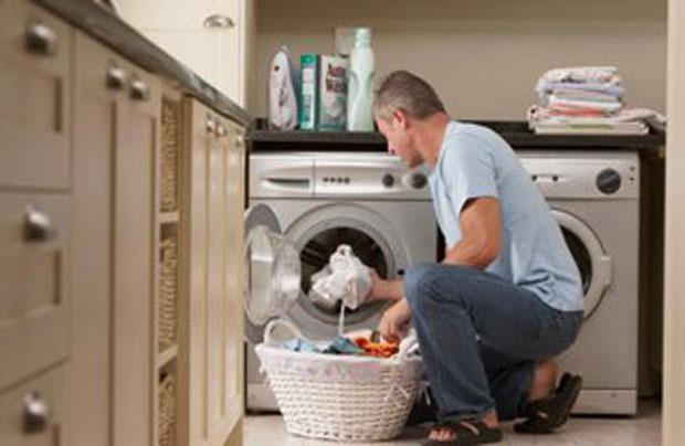 Hombre lavando ropa - Imagui
