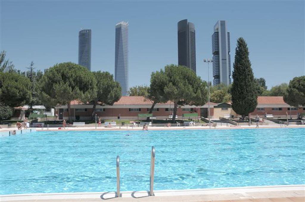 Las piscinas de puerta de hierro y canal de isabel ii for Piscina 02 manuel becerra