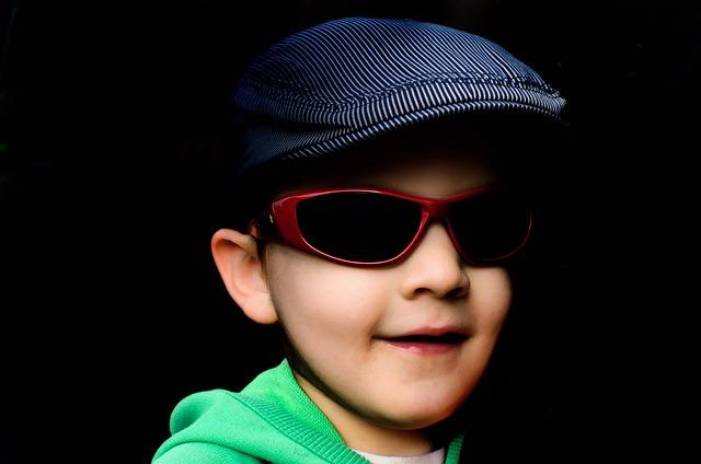 e054108228 El peligro de las gafas de sol para niños