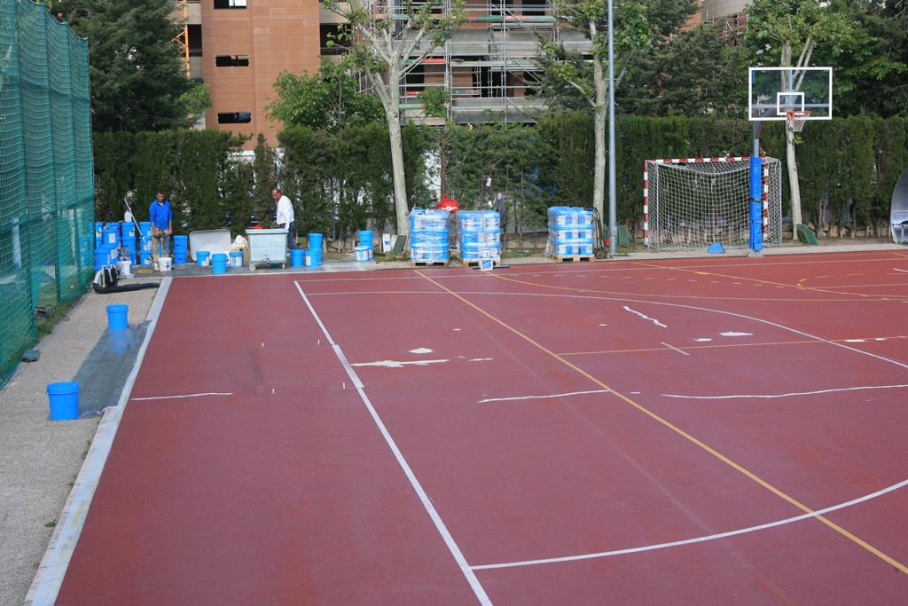 Rehabilitada la pista deportiva del centro islas de tres for Piscina islas tres cantos