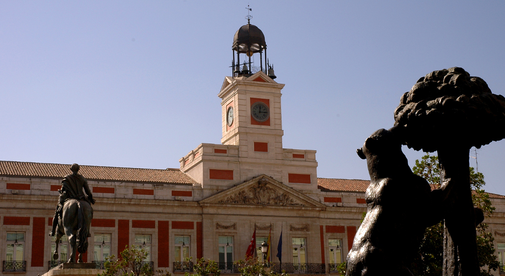 10 lugares que no te puedes perder si visitas madrid for Que es la puerta del sol en madrid
