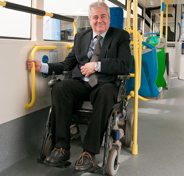 Se incorporan 130 autobuses con doble plataforma para for Plataforma para silla de ruedas