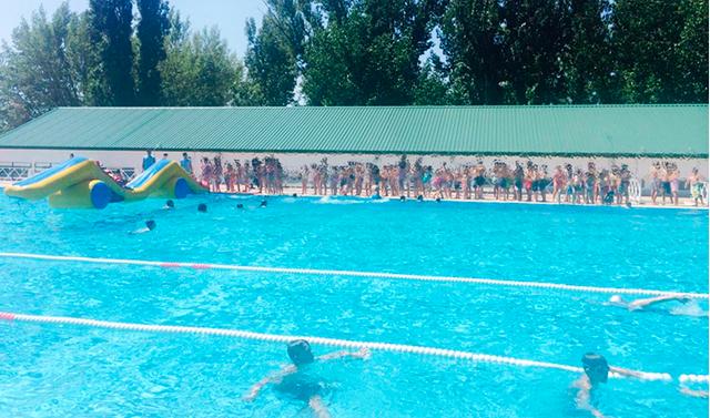 Hinchables para mayores peque os en la piscina de colmenar for Piscinas hinchables grandes