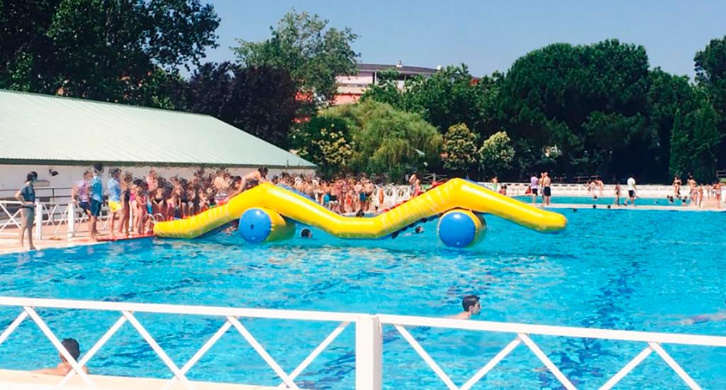Hinchables para mayores peque os en la piscina de colmenar for Piscina de alcobendas