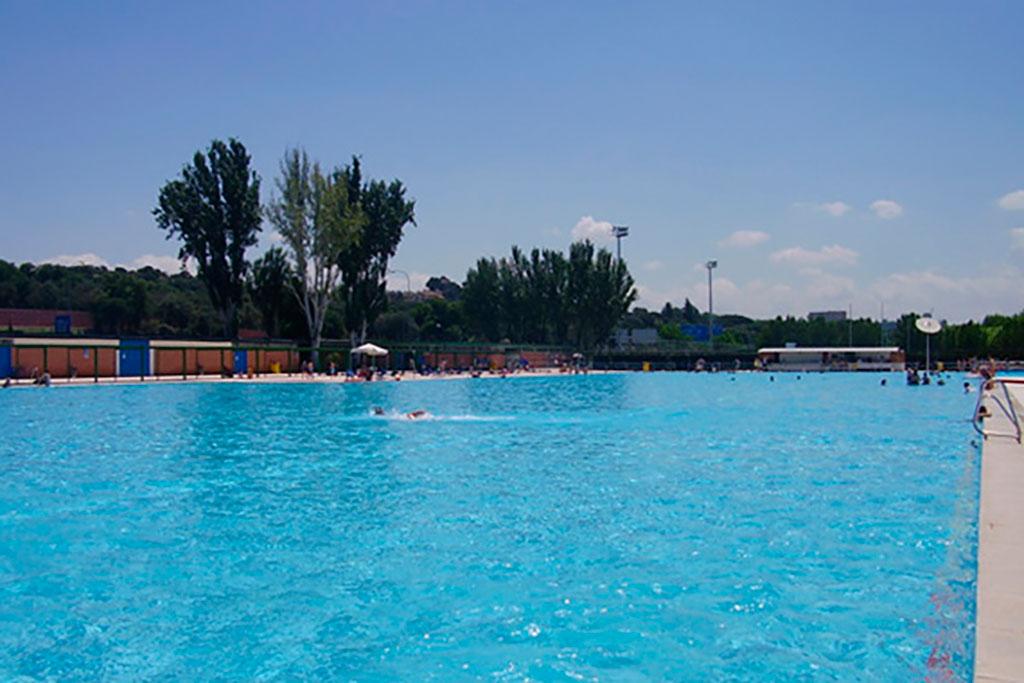 M s de ba istas en la piscina de puerta de hierro for Piscina publica madrid