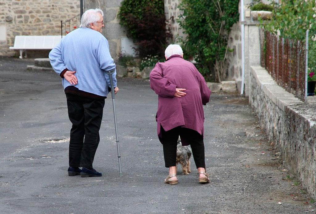 mayores caminando calzado