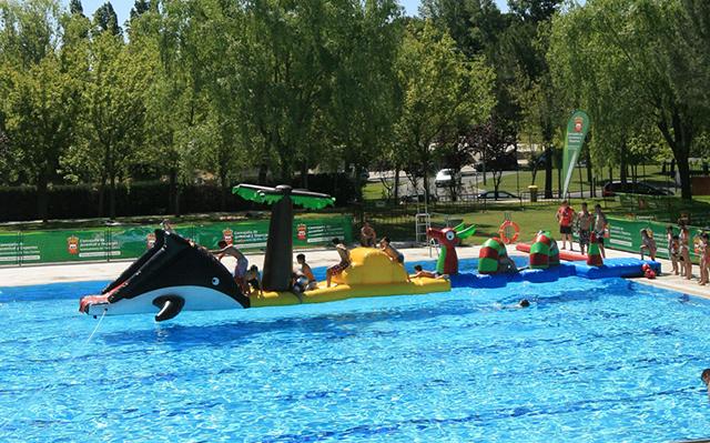 2 fiesta acu tica en la piscina municipal de foresta en for Piscina islas tres cantos