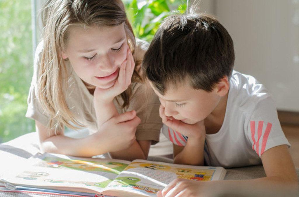 niños estudiando estudiantes